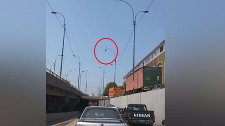 Lima: foco de poste de luz sostenido por cables alarma a conductores