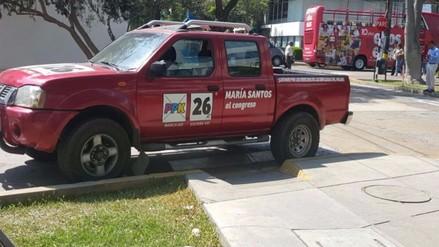 San Isidro: vehículo de candidato al congreso estaciona su auto en vereda