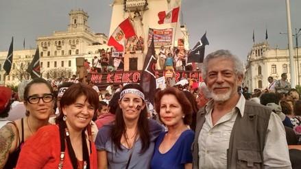 Patricia Llosa participa en marcha contra el autogolpe del 5 de abril