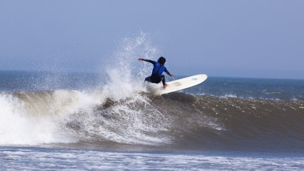 Ascope: surfistas israelíes llegan a playas de Chicama