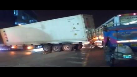 Ate: tráiler congestiona tráfico por mala maniobra