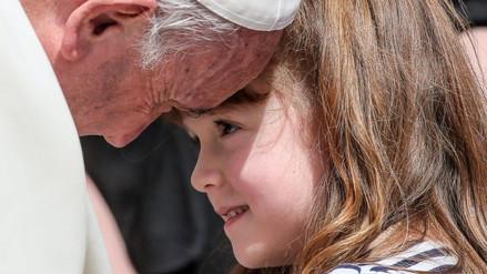 Youtube: Papa Francisco cumplió deseo de niña que perderá vista y oído