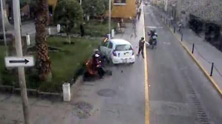 VIDEO: conductor invade vereda y atropella a escolar