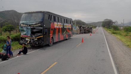 Choque entre bus y camión deja un herido en sector Pampas de Olmos