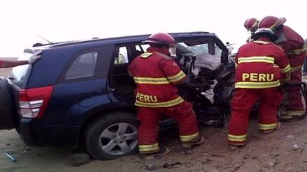 Choque de camionetas deja dos muertos y once heridos