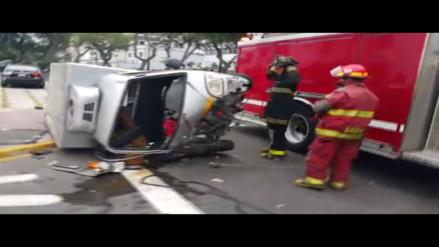 San Isidro: choque y volcadura de furgoneta dejó un herido