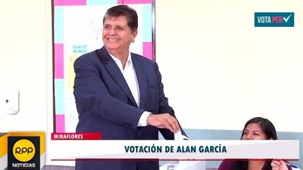 Alan García votó en el colegio Carmelitas en Miraflores