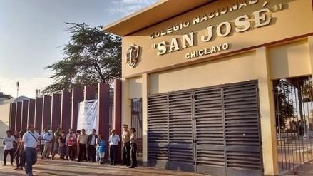 Chiclayanos forman colas desde muy temprano en colegio San José