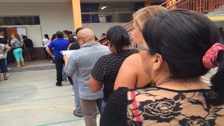 Peruanos esperan largas colas por demora de miembros de mesa