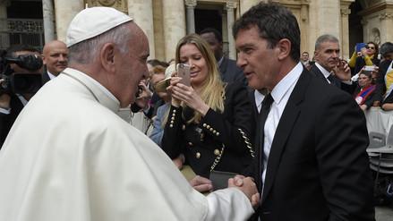 Papa Francisco saluda a Antonio Banderas en el Vaticano