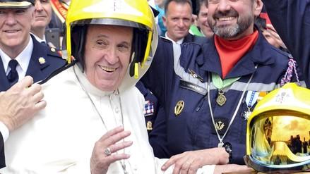 Papa Francisco posó con un casco de bomberos