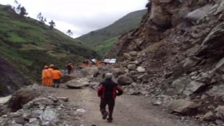 Un muerto y tres desparecidos tras deslizamiento de tierra