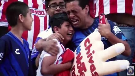 YouTube: jugador de Chivas provocó llanto de niño y su papá con este regalo