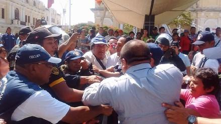 Desalojan a colectivo que iba a protestar contra alcalde de Chiclayo