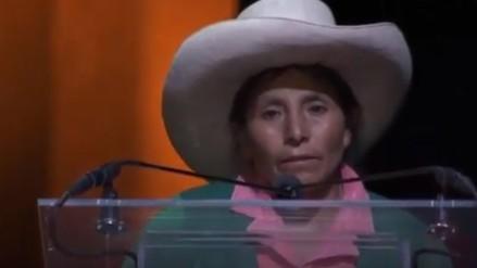 Máxima Acuña canta en ceremonia de premiación y da sentido discurso (VIDEO)