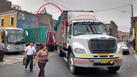 Rímac: camión derriba poste frente a colegio y genera congestión