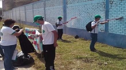 Adolescentes infractores realizan labores de limpieza para resarcir su daño a la sociedad