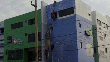 Trujillo: obreros arriesgan su vida al pintar fachada de clínica