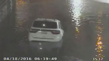 Mujer muere ahogada al intentar cruzar túnel inundado