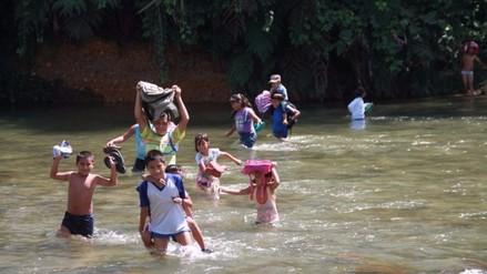 Niños de poblado de Sion arriesgan su vida para poder estudiar
