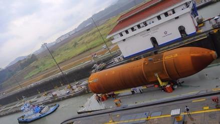 Tanque de combustible de transbordador de la NASA sale del Canal de Panamá