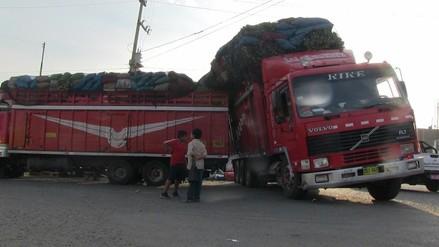 Trujillo: camión cargado de verduras por poco origina accidente