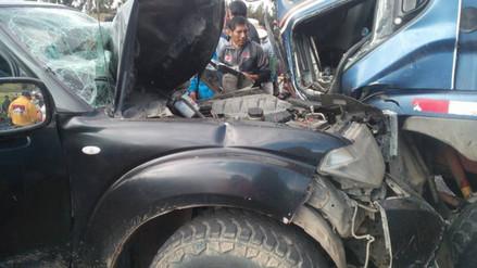 Choque de camión contra camioneta deja cinco heridos de consideración