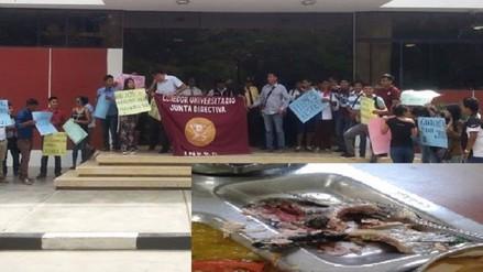 Comensales de la UNPRG denuncian que les dieron pescado crudo en sus raciones