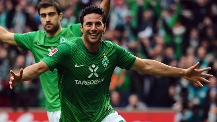 Claudio Pizarro anotó para Werder Bremen que sigue soñando con la salvación