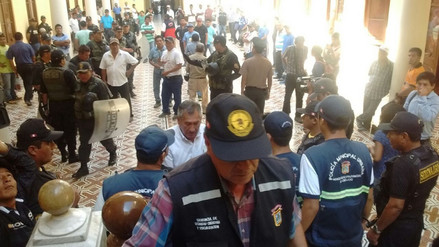 Chiclayo: unos 300 mototaxistas protestan en frontis de palacio municipal