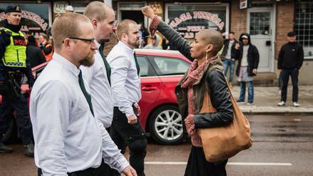 Afroamericana se enfrentó sola a una marcha neonazi en Suecia