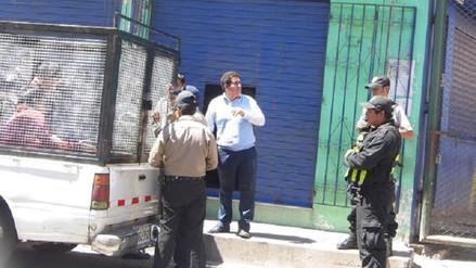 Video muestra cómo policía municipal agrede a comerciante