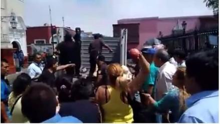 Trujillo: transeúntes se enfrentan a personal edil para evitar desalojo