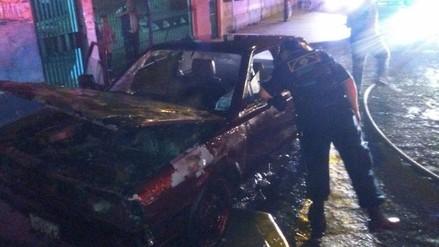 Trujillo: auto se incendia en la puerta de Hospital Regional
