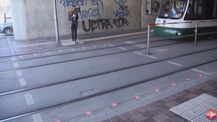 Alemania pone semáforos en el suelo para los 'adictos' al móvil