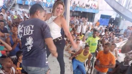 Directora de cárcel baila con presos y causa polémica