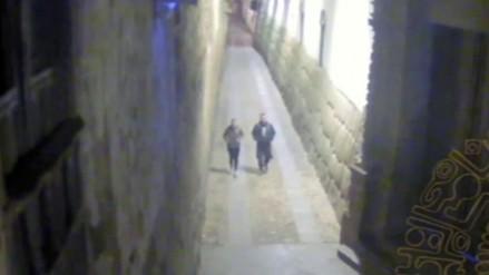 Cámara de vigilancia capta a sujetos que pintaron muros incas