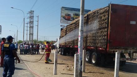 Vehículo con residuos de caña de azúcar se incendia en Piura