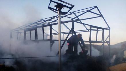 Incendio consume viviendas de isla Corazón del Lago en Puno