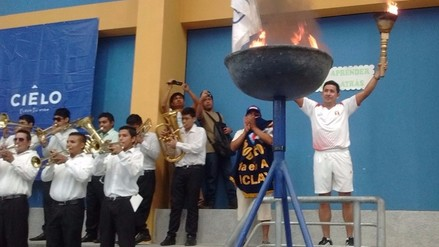 Con encendido de antorcha se iniciaron Olimpiadas de Ex alumnos del Karl Weiss