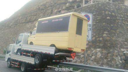 Conductor fue multado por esta excéntrica forma de transportar 2 camiones