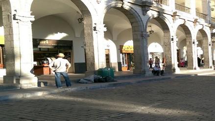 Comerciantes dejan bolsas de basura en Plaza de Armas de Arequipa