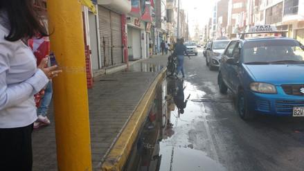 Chiclayo: desborde de desagüe en céntrica calle origina gran malestar