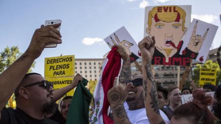 Opositores a Trump lanzan rocas en mitin en Nuevo México
