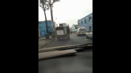 Lima: hombre arriesga su vida en camión de mudanza