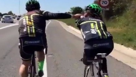 YouTube: ciclista sin extremidades logra avanzar con ayuda de su compañero