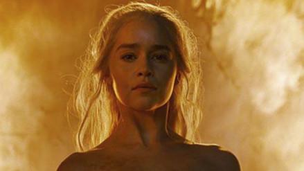 YouTube: Emilia Clarke vio desnudo de khaleesi en Game of Thrones con sus padres