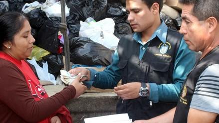 Chosica: mujer recupera dinero que su sobrina botó a la basura