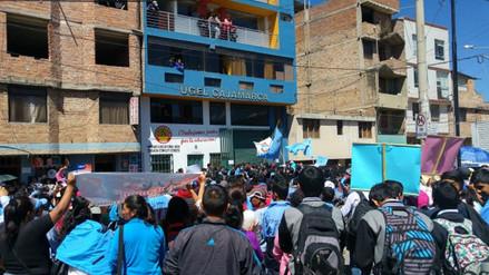 Protestan en rechazo al cambio de nombre de un colegio emblemático