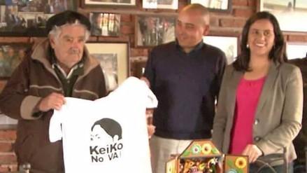 José Mujica y Verónika Mendoza posan con camiseta de 'Keiko no va'